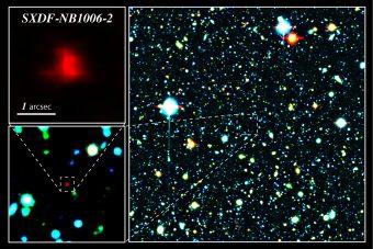 Immagine composita a colori di una porzione del Subaru XMM-Newton Deep Survey Field. La macchia rossa al centro dell'immagine, ingrandita nei riquadri laterali, è la galassia più distante, SXDF-NB1006-2. (Crediti: NAOJ)