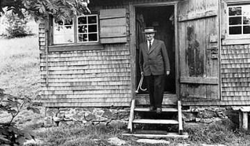 Heidegger vor seiner Hütte