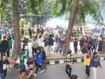 Aksi Massa di Depan Gedung DPRD Sumut Ricuh