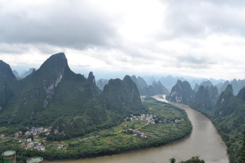 Pemandangan Gunung dan Sungai