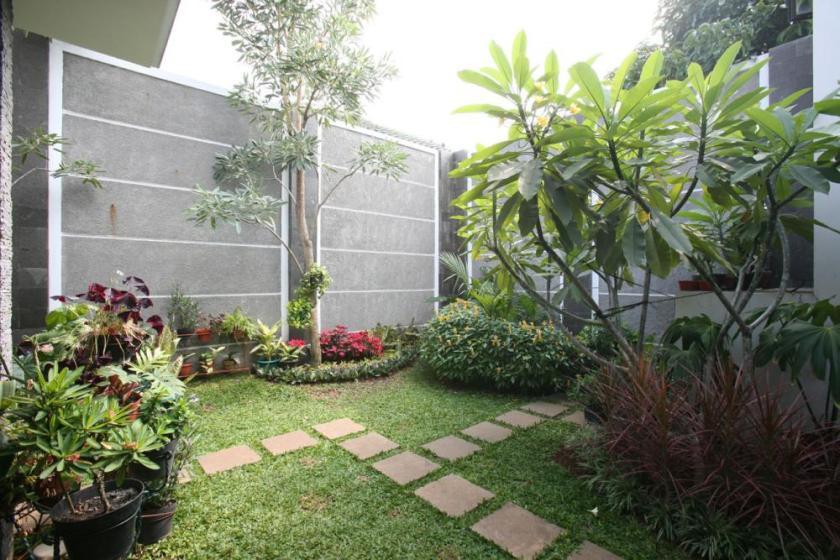 taman di belakang rumah