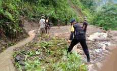 Permalink ke Brimob Polda Aceh Turun Tangan Bersihkan Material Longsor di Gayo Lues
