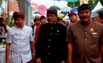 Wakil Gubernur Bali Tjokorda Oka Artha Ardhana Sukawati (Cok Ace) Bupati Klungkung I Nyomyan Suwirta beserta Wakil Bupati Klungkung I Made Kasta, di Festival Semarapura ke-4 di depan Monumen Puputan Klungkung, Semarapura, Minggu (28/4/2019).