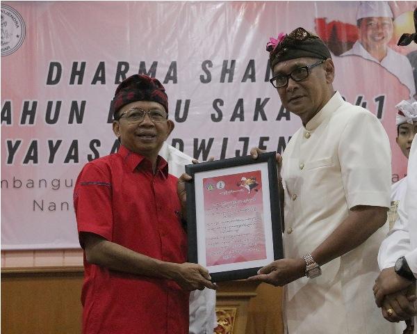 Gubernur Bali Wayan Koster disela memberikan kuliah umum serangkaian Dharma Shanti Tahun Baru Saka 1941 Yayasan Dwijendra
