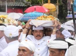 Wagub Cok Ace Ikuti Prosesi Panyineban Karya Tawur Agung Panca Wali Krama di Pura Besakih