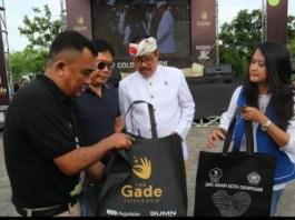 Wakil Gubernur Bali Tjokorda Oka Artha Ardhana Sukawati (Cok Ace) membuka secara resmi gerakan bersih bersih sampah plastik