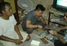 Petugas Saat Menggeledah Rumah I Wayan Surya Wirawan alias Suri (46), warga Desa Pergung, Kecamatan Mendoyo, Jembrana