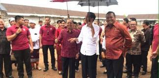 Presiden Joko Widodo, didampingi Gubernur Bali Wayan Koster dan Bupati Gianyar melakukan peninjauan ke lokasi Proyek Revitalisasi Pasar Sukawati di Gianyar