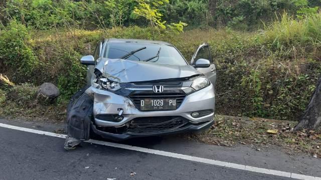 Kondisi Honda HRV nopol D 1029 PU yang di kemudikan Edy Tasnia Sambiring (45) setelah menabrak truk di jalur Denpasar – Gilimanuk termasuk Banjar Dinas Bonian, Desa Antap