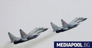 """Министърът на отбраната се опитва да """"потуши"""" напрежението сред пилотите след трагедията."""
