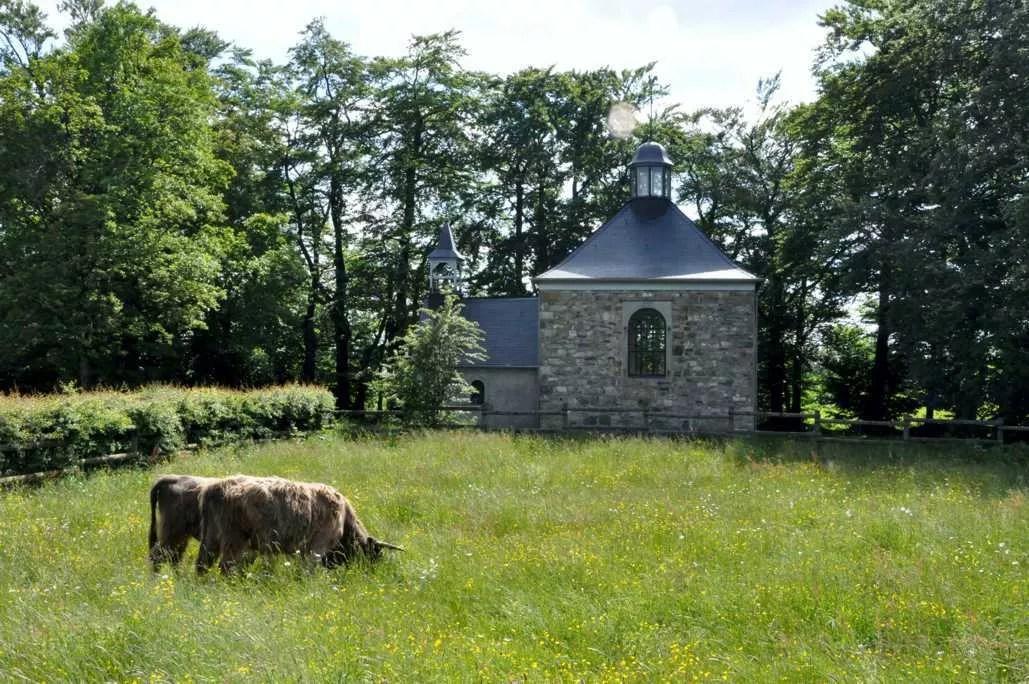 Consacré au culte le 14 juillet 1831, l'oratoire fagnard matérialise le voeu de M Rondchêne, un notable malmédien par ailleurs beau-père de Fischbach.