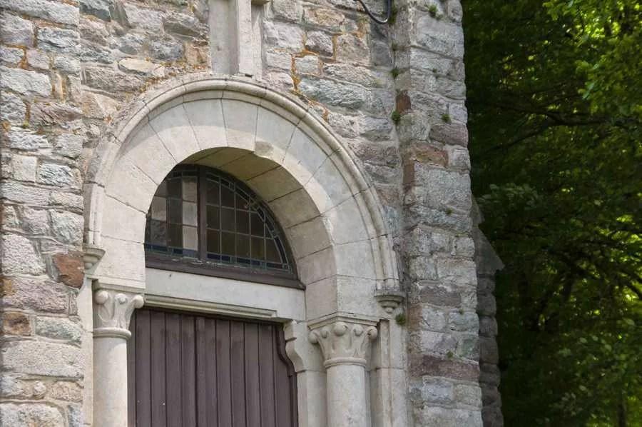 Le porche de la chapelle Saint-Fiacre