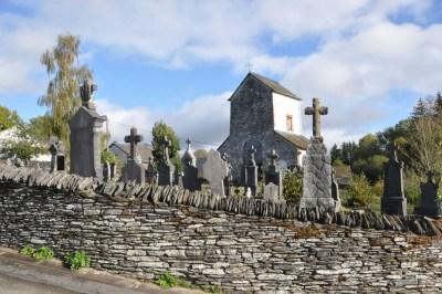 """Ollomont-Les pierres""""'sur chant"""" au sommet du mur qui entoure le cimetière"""