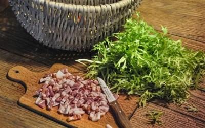 La frisée aux lardons, un classique de la table familiale