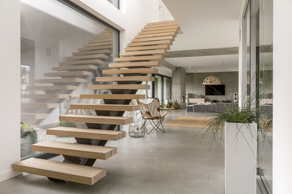 Stairway with no handrails.
