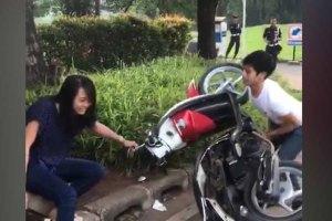 VIDEO: Ditilang Polisi, Pemuda Ini Nekad Merusak Motornya