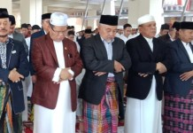 Rektor UNM bersama Syahrul YL, Shalat Idhul Adha Dipelataran Menara Pinisi