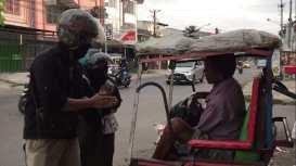 Mahasiwa FT UNM Salurkan Bantuan kepada Warga Makassar Terdampak Corona (7)