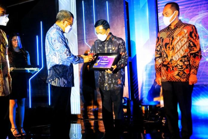 Bulan Inklusi Keuangan Sulawesi 2020 Pemkot Makassar Raih Penghargaan Dari OJK Regional VI