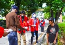 Mahasiswa KKN Unhas 105, Bagikan Masker dan Handsanitizer di Sudiang