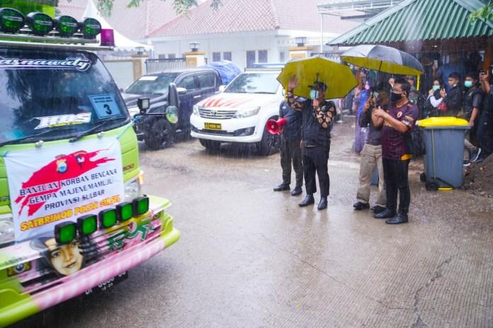 Wagub Sulsel Lepas Bantuan Kemanusiaan Untuk Sulbar, di Bawah Derasnya Hujan