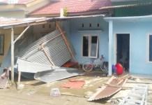 "Atas instruksi Plt Gubernur sulsel, Dinsos dan BPBD Sulsel Gerak Cepat Salurkan Bantuan ke Korban Terdampak Angin Kencang di Sinjai. MAKASSAR, Pelaksana Tugas (Plt) Gubernur Sulawesi Selatan (Sulsel), Andi Sudirman Sulaiman, lansung menginstruksikan OPD terkait untuk penyaluran bantuan ke lokasi bencana di kabupaten sinjai. "" Badan Penanggulangan Bencana Daerah (BPBD) Provinsi Sulsel bersama Dinas sosial dan pihak terkait lainnya telah menyalurkan bantuan kepada para korban terdampak melalui BPBD Kabupaten."" Ungkap Andi Sudirman Sulaiman Kamis (17/6). Plt Gubernur Sulsel, juga mengimbau kepada seluruh masyarakat agar senantiasa tetap waspada terhadap cuaca ekstrim. "" Saya mengimbau masyarakat tetap waspada terhadap cuaca ekstrim yang berpotensi menimbulkan angin kencang. Serta senantiasa berdoa agar selalu dilindungi oleh Allah Subhanahu Wa Ta'ala."" Tuturnya. Kepala BPBD sulsel Nimal Lahamang Mengaku bantuan telah dikirim ke kabupaten sinjai. "" Kami terus monitor. Stok logistik dan bantuan sembako telah kami salurkan ke kabupaten. Dan BPBD Kabupaten Sinjai telah membagikan kepada masyarakat terdampak,"" kata Kepala BPBD Sulsel. Hal sama juga telah dilakukan Dinas Sosial provinsi Sulsel. Kepala Bidang Linjamsos Dinas Sosial Sulsel, Herman mengatakan, hari ini Dinas Sosial Sulsel akan menuju Kabupaten Sinjai untuk membawa bantuan. Atas arahan dari Plt Gubernur Sulsel, Dinsos Provinsi terus bergerak cepat dalam menjaga stok bantuan di kabupaten, sehingga lebih cepat disalurkan jika terjadi bencana. "" Hari ini kami akan ke Sinjai untuk membawa bufferstock ke lokasi bencana dan mungkin ada bantuan personil tagana Sinjai membantu masyarakat terdampak jika dibutuhkan,"" jelasnya. Diketahui, Hujan disertai angin kencang yang terjadi pada tanggal 12 Juni 2021 lalu, mengakibatkan 18 unit rumah warga dan 1 unit masjid mengalami kerusakan. Ada dua titik lokasi rumah terdampak. Yakni di BTN Mattumpu Permai, Lingkungan Benteng, Kelurahan Bongki, Kecamatan Sinjai Utara, sebanyak 17 "