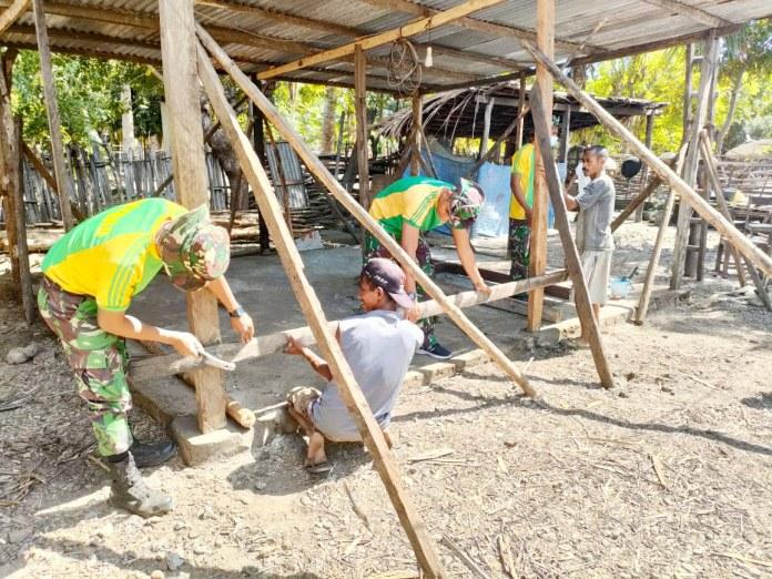 Satgas Pamtas RI & RDTL Sektor Barat Yonarmed 6/3 Kostrad Bantu Warga Perbatasan Bangun Rumah