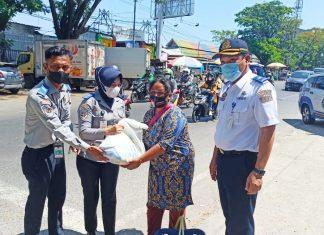 Tim Patroli Terpadu Bagi-bagi Paket Sembako dan Kampanye Prokes di dua tempat