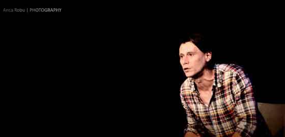 Spectacolul de teatru Noi 4 se joaca miercuri, 21 august, ora 21:00 la Green Hours, Calea Victoriei 120. Locurile sunt limitate, de aceea este avizabil sa faceti rezervari inainte la numarul de telefon 0788 452 458 de luni pana vineri intre orele 11:00 si 18:00 sau prin email teatru@greenhours.ro. Noi 4 este o productie Teatrul Nu e o Cladire si Teatrul LUNI de la Green Hours, al carui creator textual este Lia Bugnar, care se afla si printre creatorii atmosferei scenice: Maria Obretin, Ilinca Manolache si Marius Manole. Regia este semnata de Dorina Chiriac, iar ilustratia muzicala ii apartine artistei Ada Milea.