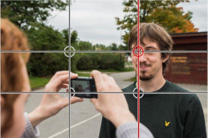 På detta fotot ser ni att Andreas är placerad längs den högra linjen och att där de två linjerna korsar varandra är hans ansikte.