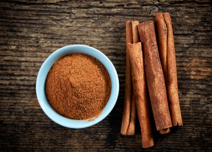 https://i2.wp.com/www.medicalnewstoday.com/content/images/articles/311/311697/cinnamon-sticks-and-cinnamon-powder-on-a-table.jpg