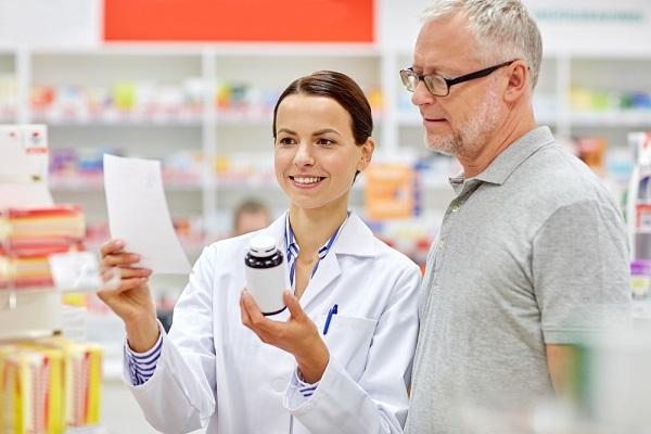 medico con farmaco in mano