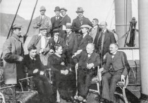 Jernbanekomiteen på synfaring i 1920. Framme midt i biletet, som einaste kvinne, Aco. (Foto er utlånt av Borge Otterlei)