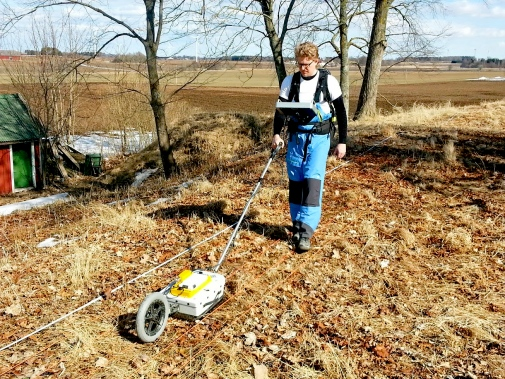 Using ground-penetrating radar. Photo: Martin Rundkvist. /Stockholm University