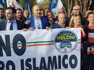 No al centro islamico, Giorgia Meloni a Marsciano partecipa al flash mob