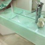 כיור זכוכית באמבטיה