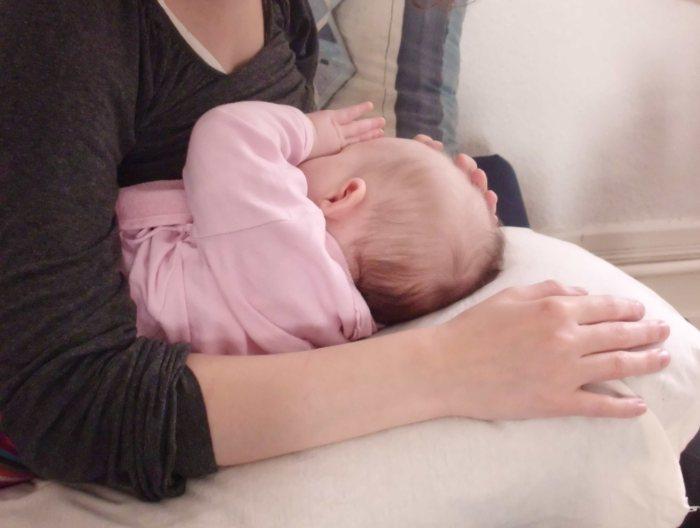 Mutter mit ihrem gerade gestilltem Säugling | Foto: L. Gawinski