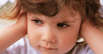 у ребенка стреляет ухо что делать