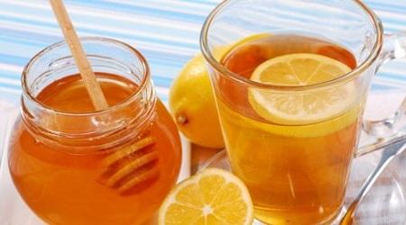 Лимонно-медовый напиток очень полезен при болях в горле