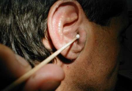 Используя различные настойки, лучше не капать их в ухо, а использовать турунду