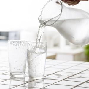 пить большое количество воды и морсов