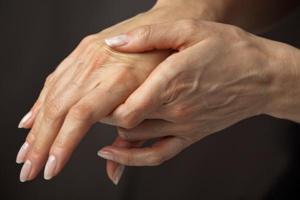 сводит пальцы на рука