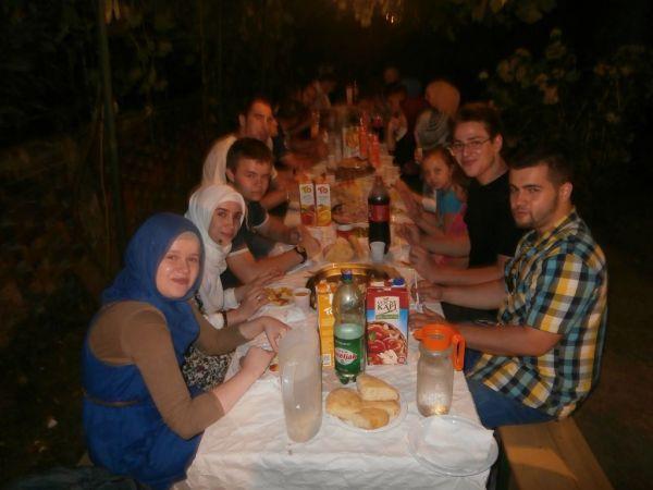 Omladinski iftar i druženje do sabaha…Omladina iz Cazina na iftaru u našem Medžlisu
