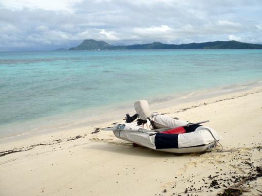 Dhingi am Strand der Fluhafeninsel