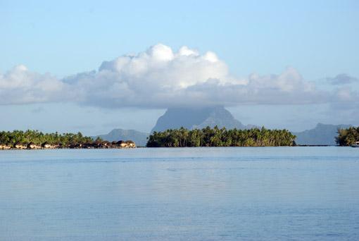 Im Hintergrund Bora Bora