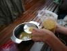 Anne siebt die Suppennudeln