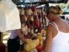 Anne am Käse und Wurststand