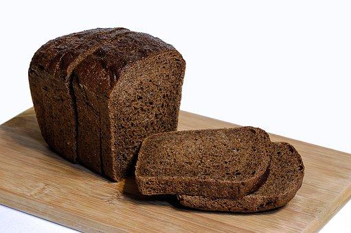 gesneden donkerbruin brood op houten plank