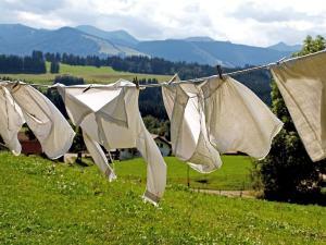 witte kleding hangend aan een lijn te drogen