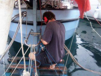 50 Op de pallet zit David maar net boven het water, met elektrische apparaten